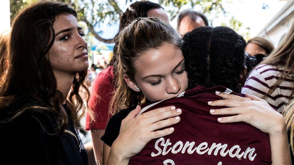 Archivo- Estudiantes de la secundaria Marjory Stoneman Douglas, en Parkland, Florida, asisten a una ceremonia después del tiroteo en esa escuela, ocurrido el 14 de febrero de 2018.