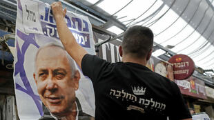 Des partisans du Premier ministre brandissant des affiches de Benjamin Netanyahou au marché de Mahane Yehuda à Jérusalem, le 8 avril 2019.