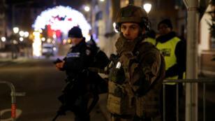 Los oficiales de policía aseguran una calle y sus alrededores después de un tiroteo en Estrasburgo, Francia, el 11 de diciembre de 2018.