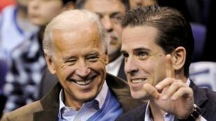 L'ancien vice-président américain Joe Biden et son fils Hunter lors d'un match de basket-ball à Washington, aux États-Unis, le 30janvier2010.
