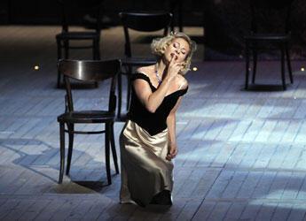 """Natalie Dessay au premier acte de """"La Traviata"""" (crédit photo : Pascal Victor / Artcomart)"""