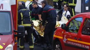 Les pompiers évacuent un blessé à Montrouge, jeudi 8 janvier.