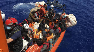 Varios migrantes fueron rescatados por el 'Ocean Viking', cerca de la isla italiana de Lampedusa.
