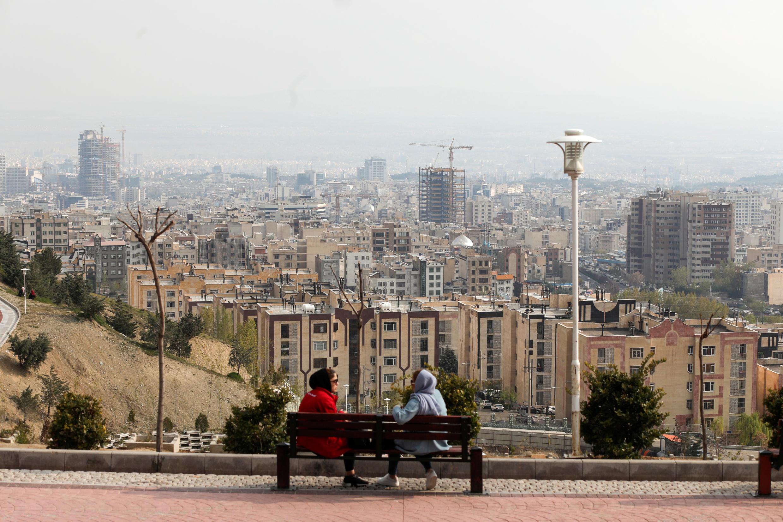 نساء إيرانيات يجلسن بوسط العاصمة طهران، إيران، 14 أبريل/ نيسان 2020