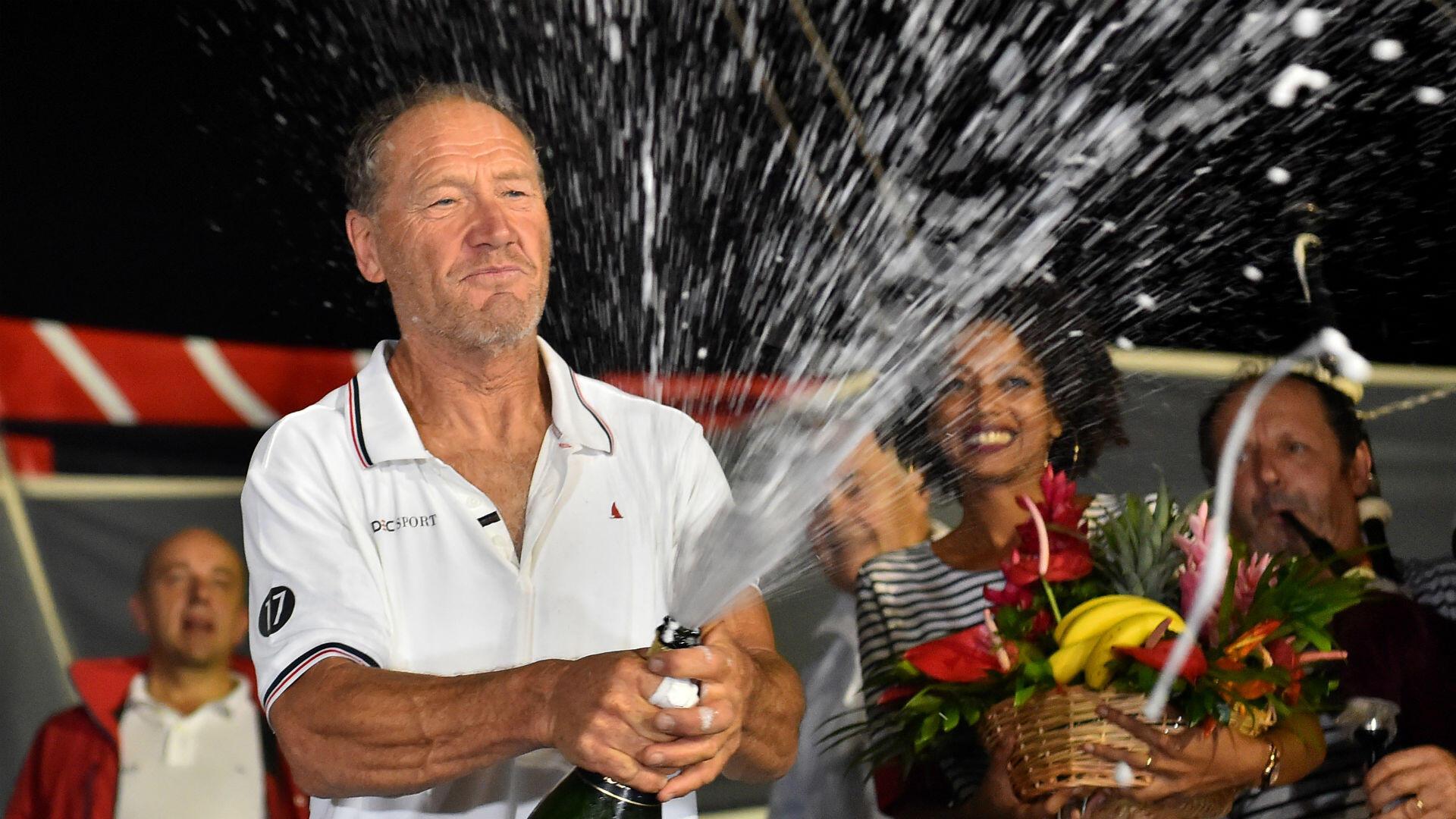 """Au terme d'un finish à couteaux tirés, François Gabart cède la tête de la Route du Rhum à son aîné Francis Joyon. À 62ans, et avec une marge d'à peine 7minutes, le """"Beauceron sur la mer"""" s'offre la plus belle victoire de sa longue carrière."""