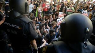"""""""Les forces d'occupation dehors !"""", ont scandé les manifestants aux forces de l'ordre, mercredi 20 septembre 2017 à Barcelone."""