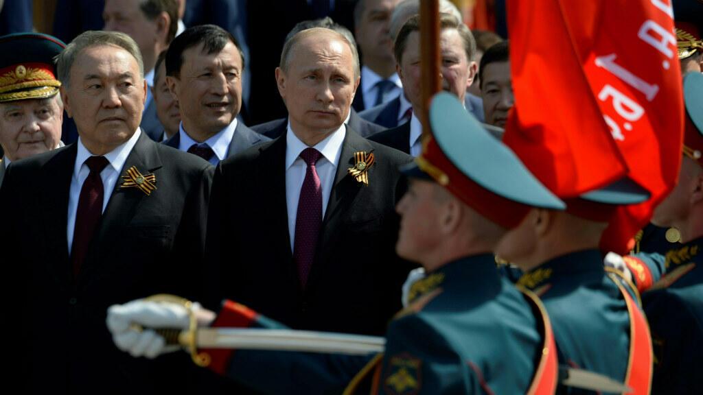 Le président kazakh Noursoultan Nazarbaïev aux côtés du président russe Vladimir Poutine à Moscou le 9 mai 2016.