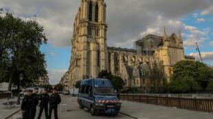 Des gendarmes postés aux abords de Notre-Dame-de-Paris, le 29 avril 2019, deux semaines après l'incendie.
