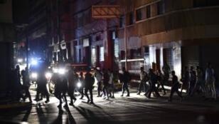 خروج عديد الأشخاص في كراكاس إلى الشوارع إثر انقطاع التيار الكهربائي 07 مارس 2019