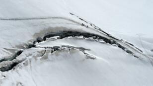 """متسلقون يعبرون """"بحر الجليد"""" عند قمة مون بلان 5 اغسطس 2015"""