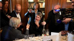 Attablé chez Drouant le lundi 6 novembre, l'écrivain Éric Vuillard vient d'être récompensé par le prix Goncourt.