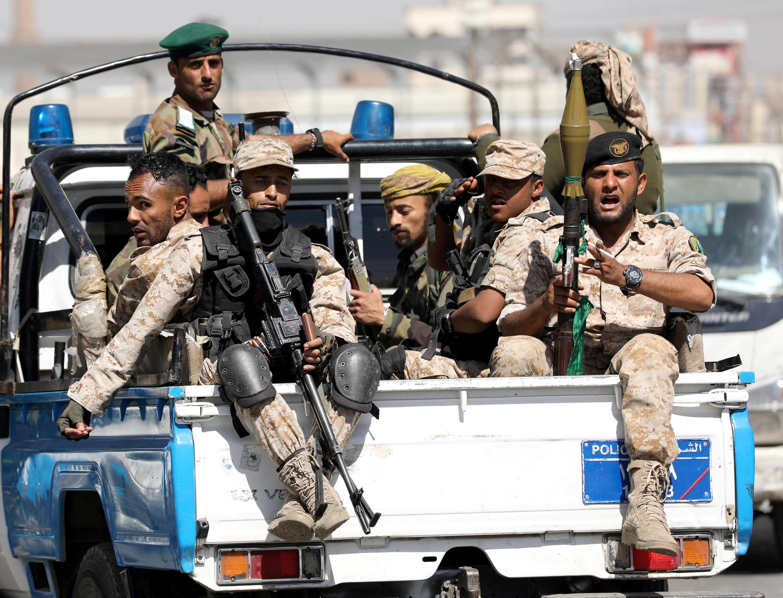 حوثيون يركبون على ظهر شاحنة للشرطة في صنعاء، اليمن، 19 فبراير/ شباط 2020.