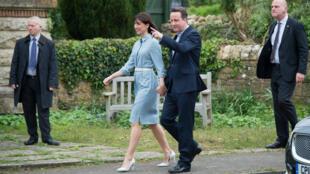 ديفيد كاميرون وزجته عند وصولهما أمس إلى مركز الاقتراع