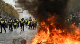 """متظاهرون في احتجاجات """"السترات الصفراء"""" بجادة الشانزليزيه في باريس 24 تشرين الثاني/نوفمبر 2018"""
