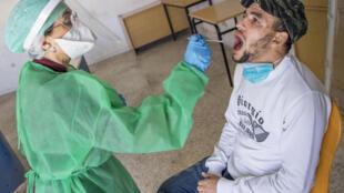 مغربي يخضع لفحص فيروس كورونا المستجد في العاصمة الرباط في 27 ايار/مايو 2020