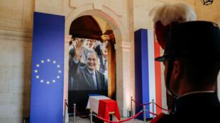 Los franceses se reúnen para rendir homenaje al fallecido expresidente Jacques Chirac en Niza, Francia, el 27 de septiembre de 2019.