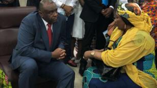 Jean-Pierre Bemba discute avec des proches à son arrrivée à l'aéroport international de Ndjili, à Kinshasa, le 1er août 2018.