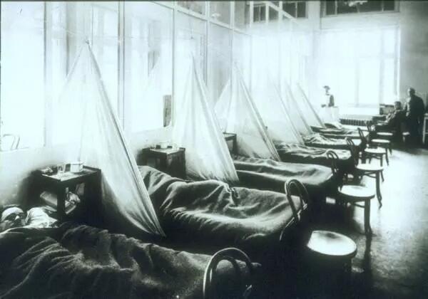 Soldados de la Fuerza Expedicionaria estadounidense, víctimas de la gripe española de 1918 en el Hospital Militar No.45 de Estados Unidos en Aix-les-Bains.