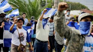 Los manifestantes gritan consignas mientras participan en una marcha antigubernamental.