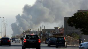 Fumée provenant de l'aéroport de Tripoli, le 24 juillet 2014