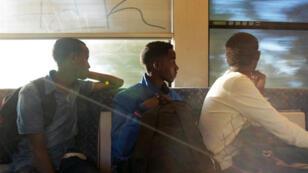 Trois Érythréens traversant la frontière franco-italienne à bord d'un train le 6 août 2014.