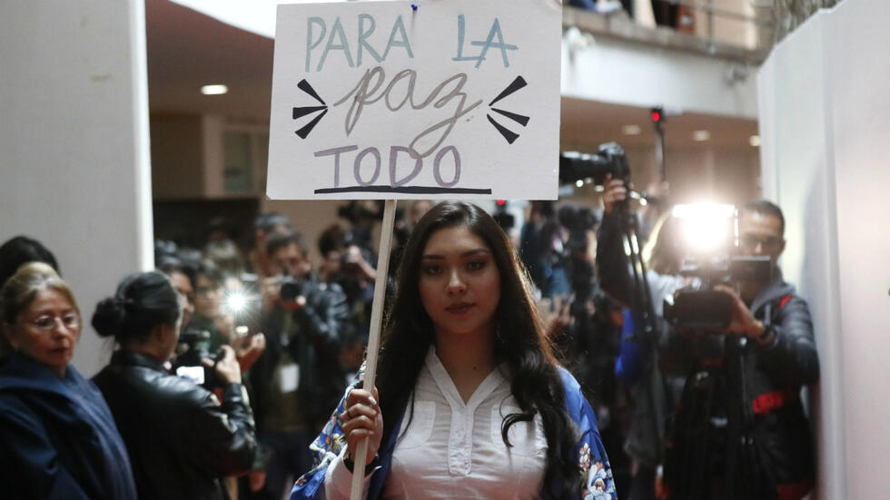 Una modelo desfila prendas diseñadas por excombatientes de la guerrilla de las FARC. 'De la Guerra a la PAZarela' es el nombre del desfile de modas que organizó un grupo de desmovilizados de las FARC que viven en el Espacio Territorial de Capacitación y Reincorporación (ETCR) La Fila, ubicado en el municipio de Icononzo, en el departamento de Tolima, el 18 de septiembre de 2019.