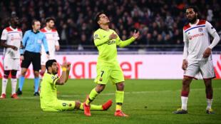 لاعبا برشلونة كوتينيو وسواريز يتحسران على إحدى فرص فريقهما أمام ليون 19 فبراير/شباط 2019