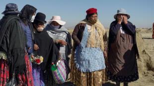 Familiares reaccionan al entierro de un pariente, en el cementerio de Mercedario, en medio del brote de coronavirus, en las afueras de El Alto, La Paz, Bolivia, el 21 de julio de 2020.