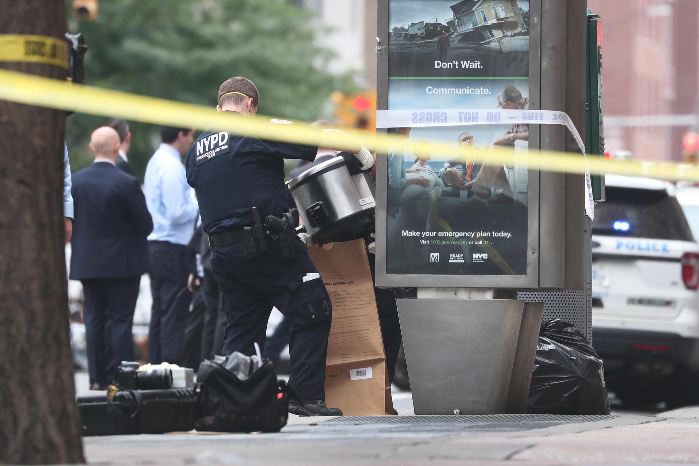Un oficial de Policía de Nueva York recolecta evidencias mientras la Policía investiga paquetes sospechosos en Manhattan, Nueva York, EE. UU., el 16 de agosto de 2019.
