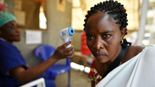 Una mujer se toma la temperatura como parte de las medidas para controlar el ébola a la entrada del Hospital General de Goma, República Democrática del Congo, 15 de julio de 2019.