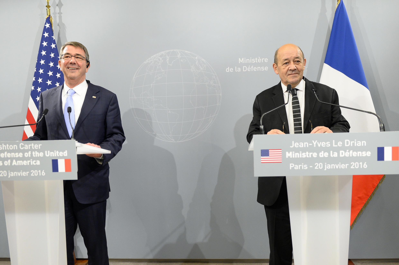 وزير الدفاع الفرنسي جان إيف لودريان ونظيره الأمريكي آشتون كارتر