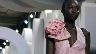 Una modelo presenta una creación de la casa Miu Miu durante los desfiles de la temporada primavera-verano 2019 en la semana de la moda de París, este martes 2 de octubre de 2018 en la capital francesa