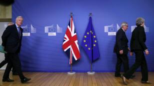 El jefe negociador del Brexit para la UE, Michel Barnier, camina detrás del presidente de la Comisión Europea, Jean-Claude Juncker, y de la primera ministra británica, Theresa May, en la sede de la CE en Bruselas, Bélgica, 20 de febrero de 2019.
