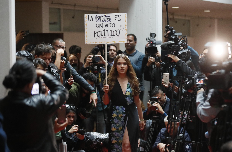 El desfile se pensó y organizó como un ejercicio sencillo: en un pasillo de la Universidad de los Andes se extendió una modesta alfombra roja por la que pasaron las modelos que desfilaron voluntariamente. No hubo luces pero sí muchos aplausos al final. El evento tardó 15 minutos.