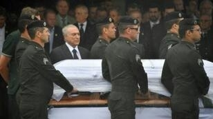 الرئيس البرازيلي يرافق أحد نعوش أعضاء فريق تشابيكوينسي في مطار تشابيكو، السبت 3 ديسمبر 2016
