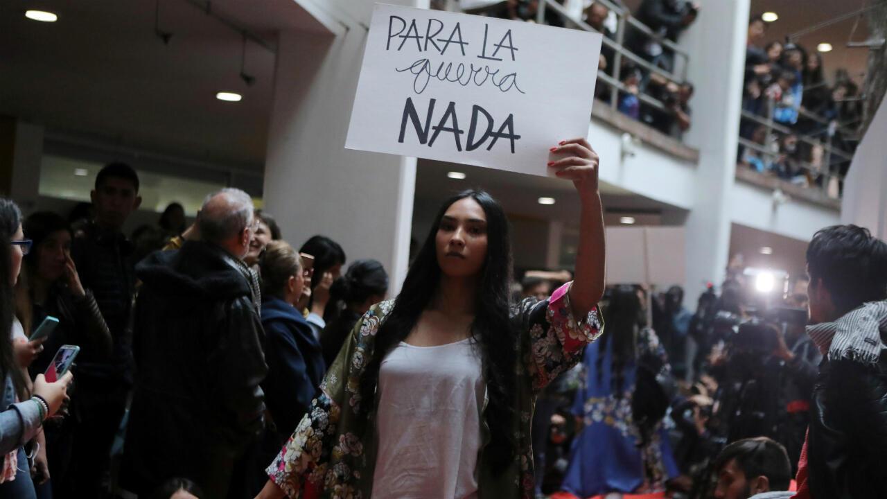 """El evento lo ayudó a organizar Ángela María Herrera, que estudió ciencias políticas, se declara una apasionada por la moda y su marca, Manifiesta, es la plataforma donde se vende la ropa confeccionada por Tejiendo Paz, un emprendimiento """"autogestionado"""" por los excombatientes."""