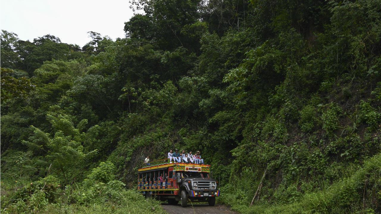 Imagen de archivo: Una chiva (autobús tradicional) que transporta personas y mercancías conduce por una carretera que conecta el municipio de Ituango y el Área Territorial de Capacitación y Reincorporación (ETCR) de Santa Lucía para ex guerrilleros de las FARC, en el departamento de Antioquia, Colombia, en 19 de octubre de 2019.