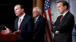 Los senadores Mike Lee, Bernie Sanders y Chris Murphy hablan tras la votación sobre el apoyo militar a Arabia Saudita en Yemen en el Senado de Estados Unidos. 13 de diciembre de 2018.