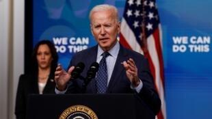 El presidente de EE. UU., Joe Biden, pronuncia comentarios sobre la respuesta de su Administración a la enfermedad por coronavirus, mientras la vicepresidenta Kamala Harris espera en el auditorio de South Court del edificio de oficinas ejecutivas Eisenhower en la Casa Blanca, en Washington, el 2 de junio de 2021.