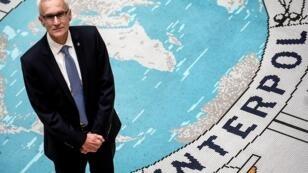 الأمين العام للإنتربول يورجين ستوك في مقر الإنتربول بمدينة ليون الفرنسية الجنوبية في 8 فبراير/شباط 2018.