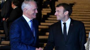 El presidente de Francia, Emmanuel Macron, es recibido por el primer ministro de Australia, Malcolm Turnbull, en la Ópera de Sídney, el 1 de mayo de 2018.