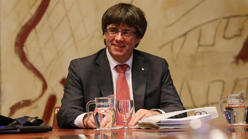 El presidente catalán, Carles Puigdemont, preside una reunión de gabinete en el Palacio de la Generalitat en Barcelona, España, el 24 de octubre de 2017.