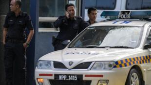 Des policiers malaisiens le 17 février 2017, devant l'hôpital où se trouve la dépouille de Kim Jong-nam.