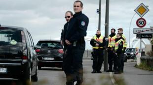 """Des policiers français et allemands se tiennent près du """"pont européen"""" entre Strasbourg et Kehl, le 18 novembre 2015."""