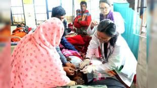 Una víctima del consumo de alcohol adulterado se somete a un tratamiento, en un hospital del distrito de Assam, India, 23 de febrero de 2019.