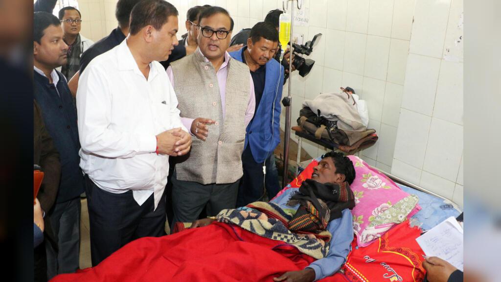 El ministro de salud de Assam, Hemanta Bishwa, se encuentra con una víctima de consumo de alcohol adulterado en un hospital en el distrito de Assam, India, el 23 de febrero de 2019.