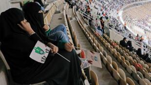 Mujeres ven el partido entre el Al Ahli y el Al Batin en la ciudad de Yeda. 12/1/17