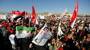 Partidarios de los hutíes muestran carteles con banderas del líder hutí Abdulmalik Badruddin al-Houthi durante una manifestación para conmemorar el tercer aniversario de la intervención liderada por Arabia Saudita en el conflicto yemení en Saná, Yemen, el 26 de marzo de 2018.
