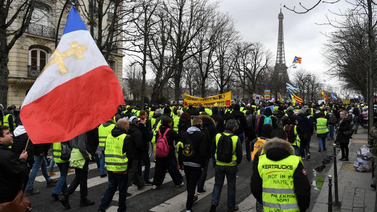 Des Gilets jaunes manifestent, le 2 mars 2019, à Paris.