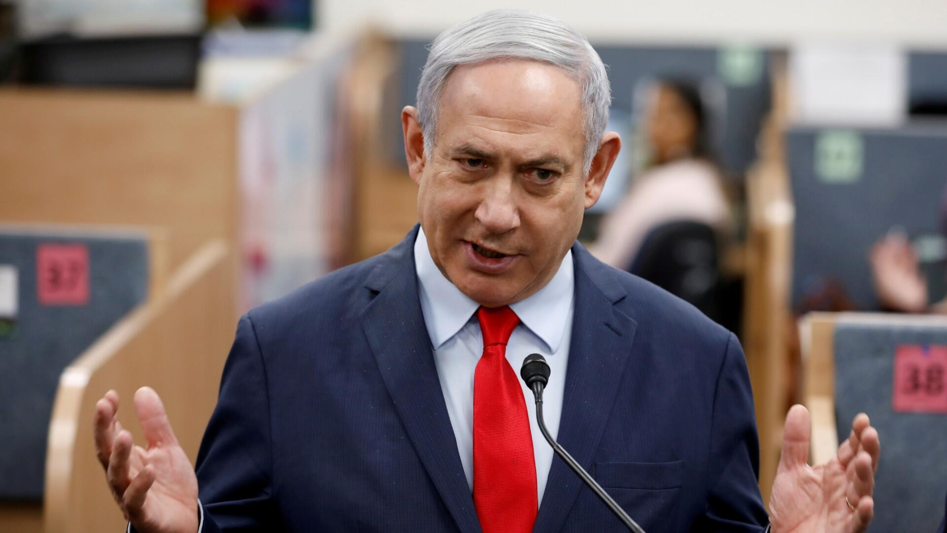 El primer ministro israelí, Benjamin Netanyahu, hace un gesto mientras hace una declaración durante su visita a la línea directa nacional del Ministerio de Salud, en Kiryat Malachi, Israel, el 1 de marzo de 2020.